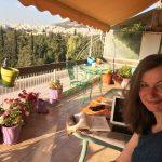 Frau auf Terrasse