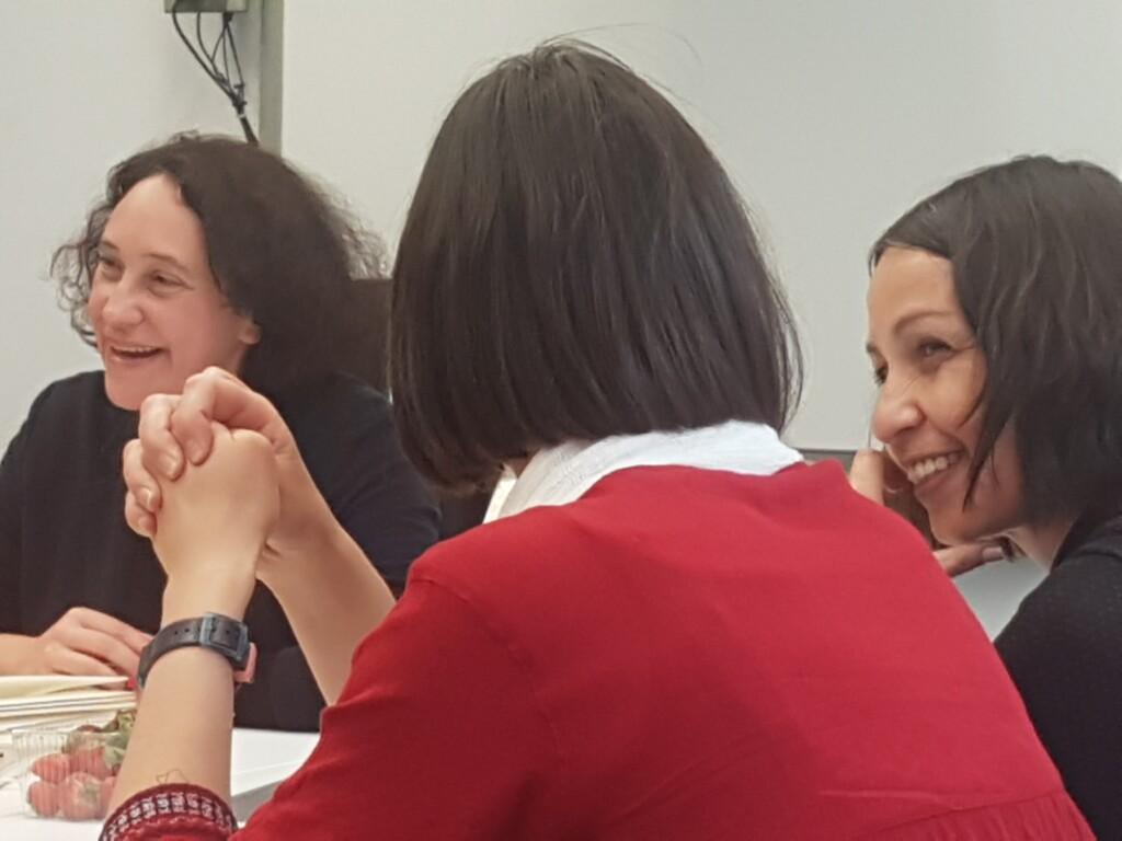 drei Frauen lachen im Gespräch