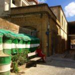 barrikade mit bank und frau