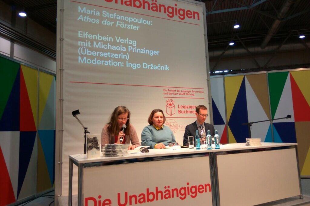 drei Personen auf Podium bei Lesung Leipzig