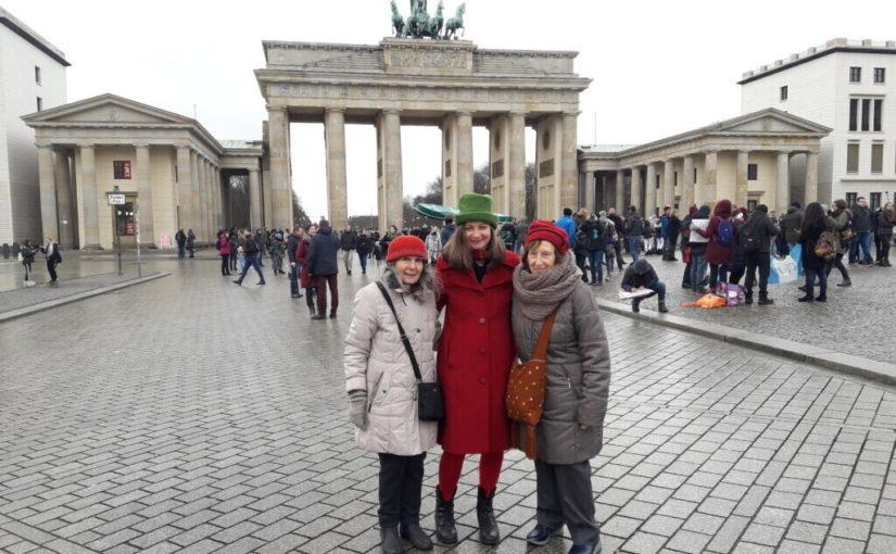 drei Frauen vor Brandenburger Tor