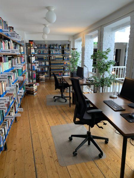 bibliothek mit arbeitsplaetzen