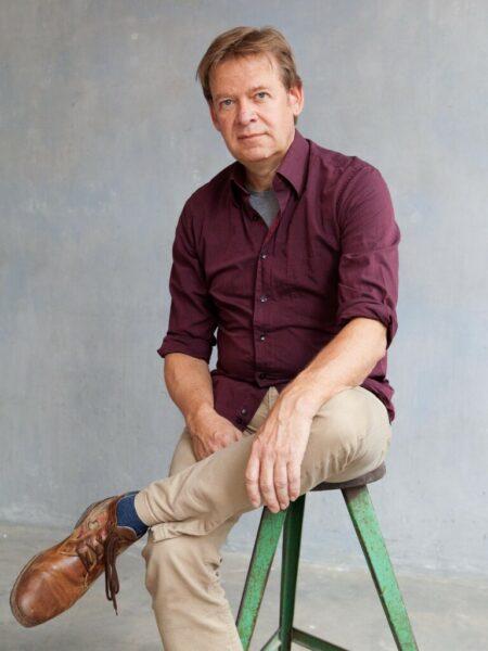 Porträt eines Mannes in violettem Hemd